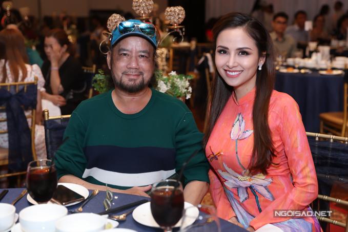 Giảng viên trường Sân khấu Điện ảnh Nm Anh (trái) là thầy giáo củ Gi Bảo. Anh ngồi cùng bàn với Ho hậu Diễm Hương.