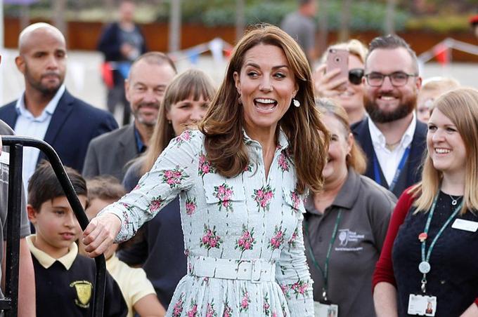 Hôm 10/9, nữ Công tước xứ Cambridge Kate Middleton gây chú ý khi diện váy hoa dáng midi để khai trương khu vườn vui chơi Back to Nature thứ ba tại RHS Wisley thuộc hạt Surrey.