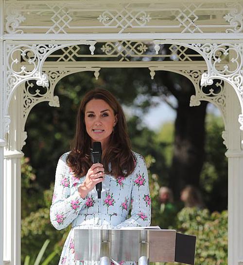 Hai anh em Oren và Bushi Tucham, lần lượt 10 và 8 tuổi, gửi cho Kate vài chiếc kẹo làm quà cho Hoàng tử George. Bushi thậm chí còn đưa cho cô một tấm thiệp  tự làm như một món quà cho hoàng tử nhỏ. Kate không quên cảm ơn cậu bé.