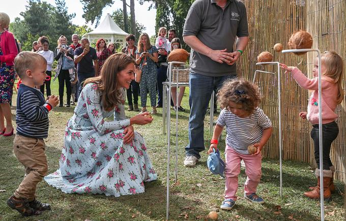 Vườn Back to Nature ở Surrey lớn hơn và thậm chí còn thân thiện với trẻ em hơn hai phiên bản trước, có hố cát, xích đu và một túp lều trông giống hình con nhím. Cô được ông Matthew Pottage, người quản lý khu vườn, tham quan một vòng và trồng một cây tuyết tùng để đánh dấu cho buổi khai trương.