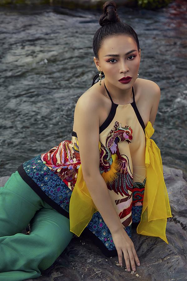 Bộ ảnh được hỗ trợ thực hiện bởi nhiếp ảnh Hoàng Phúc, stylist Nguyễn Đức Thạnh, trang điểm Tài Phạm.