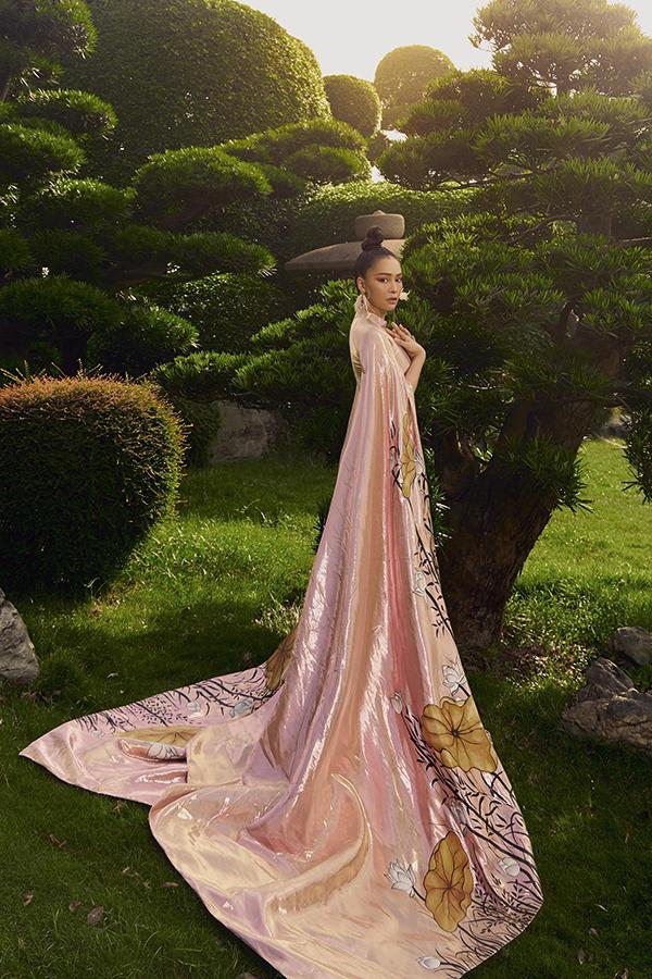 Mỹ Ngọc yêu thích mẫu áo dài in họa tiết hoa sen của nhà thiết kế Việt Hùng bởi vẻ đẹp tinh tế, mang nét biểu trưng của văn hóa Việt Nam.