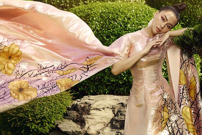 Điểm nhấn của bộ trang phục nằm ở hai cánh tay áo xẻ tà lớn. Mỹ Ngọc đã rất khó khăn khi tạo dáng để làm toát lên vẻ đẹp của thiết kế này.
