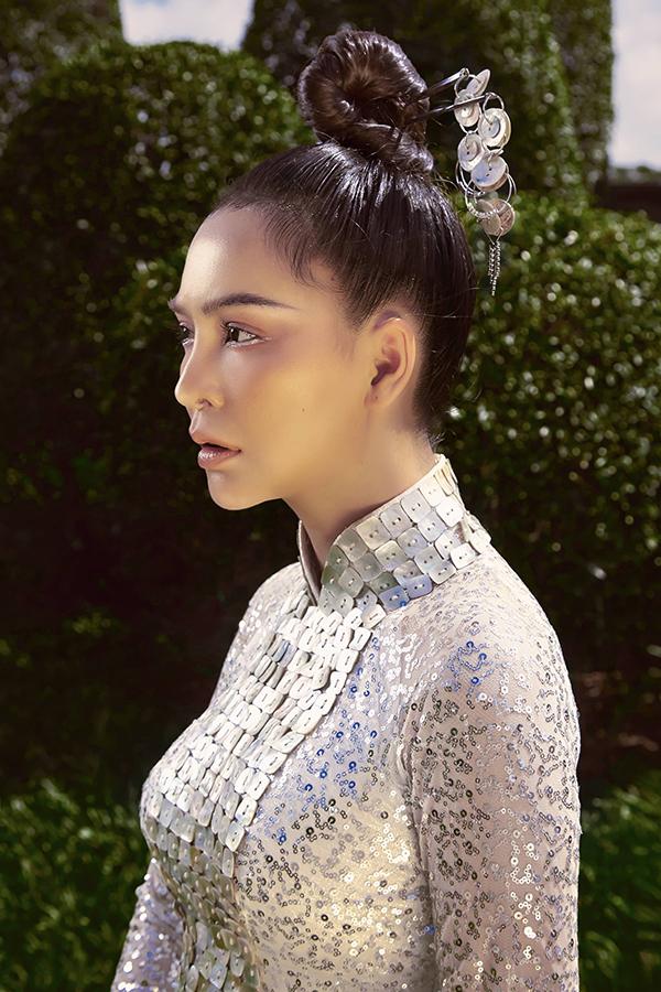 Cô trang điểm tông lạnh, búi tóc cao kết hợp với trâm cài cầu kỳ để hoàn thiện vẻ kiêu kỳ, sang trọng.