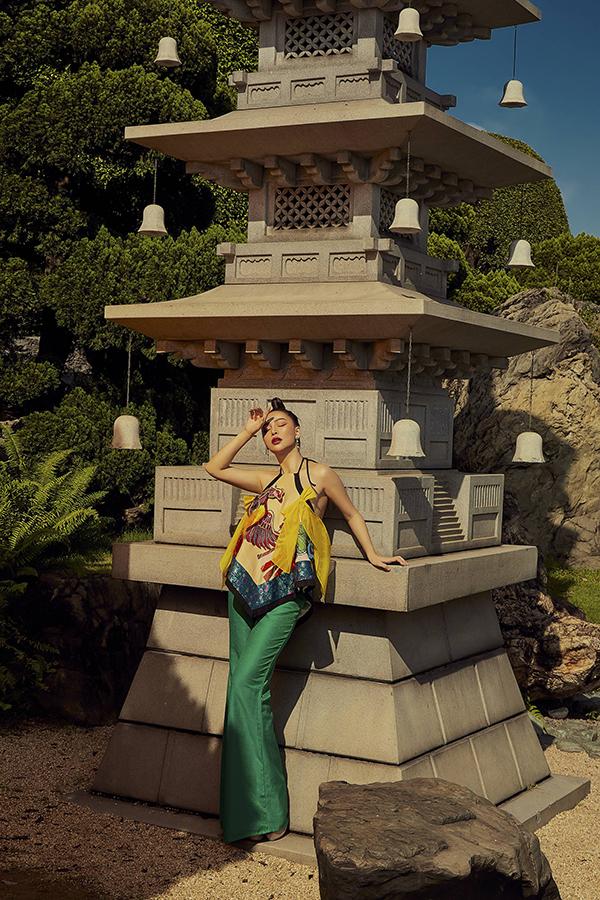 Mỹ Ngọc kết hợp quần ống loe với áo yếm cách điệu của nhà thiết kế Thủy Nguyễn.