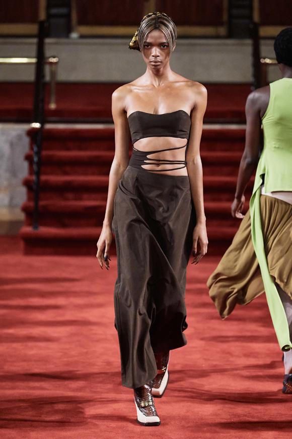 Vogue mô tả: Section 8 là sự hiện diện bí ẩn trên sân khấu thời trang. Thương hiệu này lần đầu xuất hiện dưới dạng một tập thể ẩn danh vào năm 2017, diễn show đầu tiên tại phòng trưng bày nhỏ ở Chinatown. Kể từ đó, stylist Akeem Smith bước ra khỏi bóng tối với vai trò nhà thiết kế và dần đưa hãng trở thành tâm điểm chú ý.