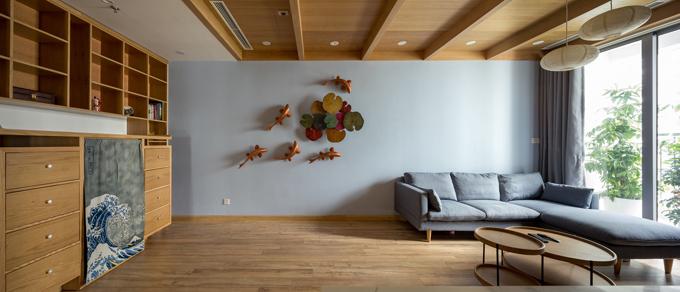 Không gian phòng khách có trần gỗ, góc decor để mang lại cảm giác ấm cúng, gần gũi, là nơi cả gia đình quây quần sau ngày làm việc vất vả.