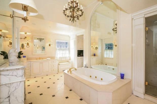 Một trong những phòng tắm xa hoa, lát đá cẩm thạch.