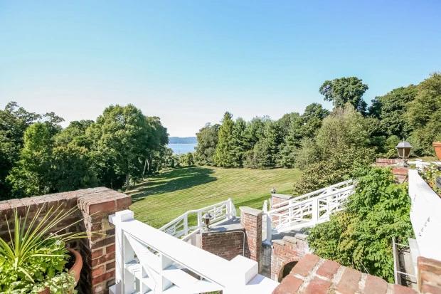 Khung cảnh bên ngoài ngôi nhà của Michael Douglas với view nhìn ra sông Hudson. Ngoài cơ ngơi này, vợ chồng Michael Douglas còn sở hữu một biệt thự 20 triệu USD ở Los Angeles, California.