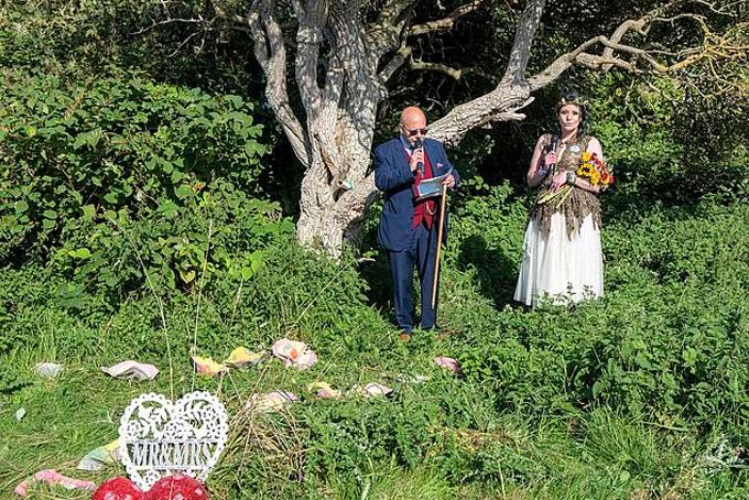 Kate Cickyham làm lễ kết hôn với cây. Ảnh: Mail.