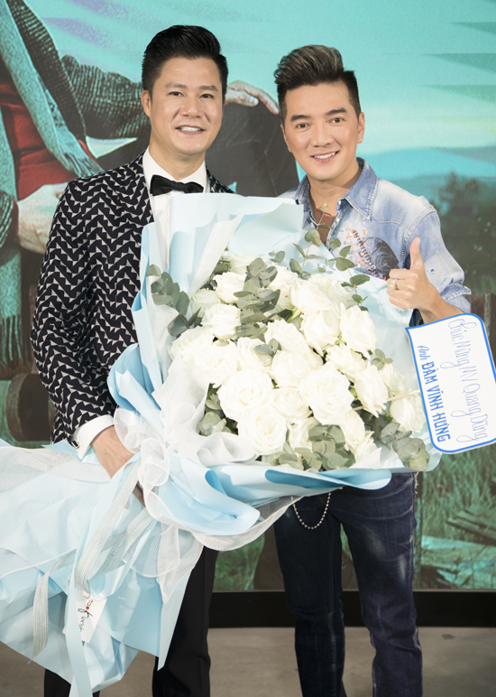 Mr Đàm tặng Quang Dũng một bó hồng to và khen MV của Quang Dũng rất chỉn chu, lãng mạn.