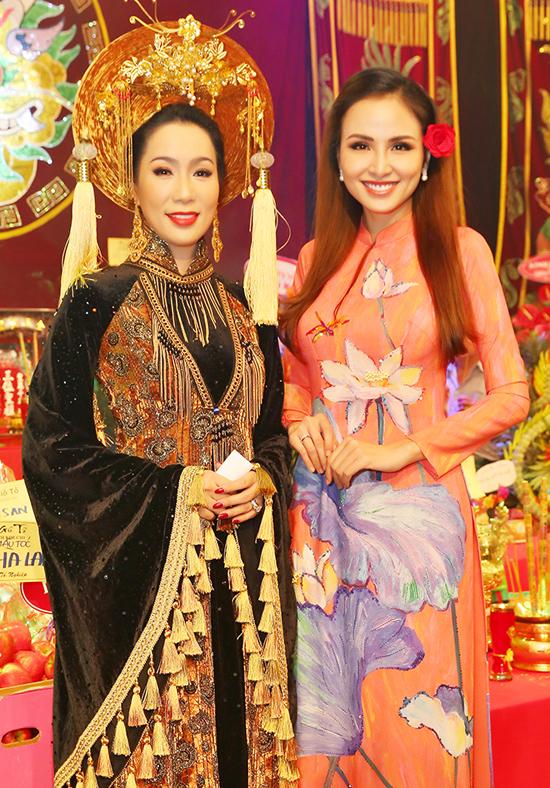Hoa hậu Diễm Hương dự cả Đại lễ Giỗ tổ do Gia Bảo tổ chức và buổi cúng Tổ ở sân khấu kịch Trịnh Kim Chi.