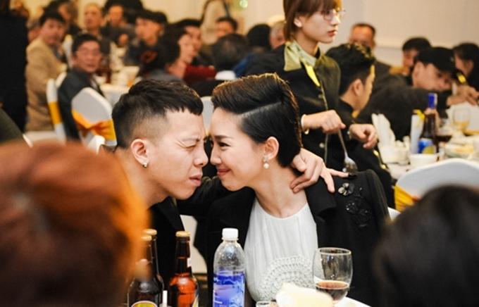 Một khoảnh khắc gần gũi của Tóc Tiên và bạn trai tại sự kiện lọt ống kính phóng viên.