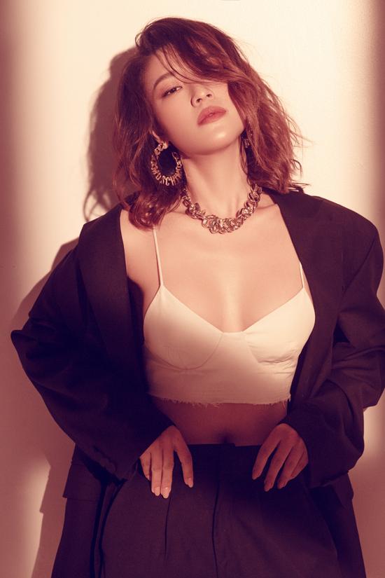 Bộ ảnh được thực hiện với sự hỗ trợ của nhiếp ảnh Milor Trần, stylist Kye, trang điểm Thái Vũ Tài Ngân, làm tóc Tài Phạm.
