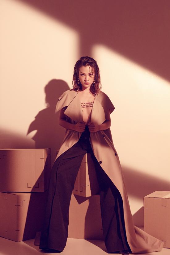 Tông màu đồng điệu cùng trào lưu ăn mặc thịnh hành cũng được bố trí khéo léo để tăng sức hút cho bộ ảnh.