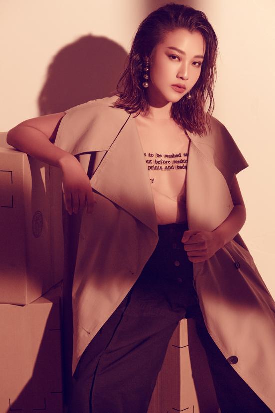 Áo lưới trong suốt được phối hợp cùng trench coat, quần suông ống rộng để thể hiện sự đồng điệu cùng xu hướng thu đông.