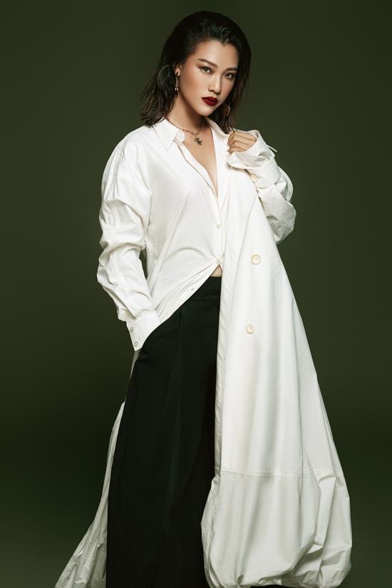 Hoàng Oanh thực hiện bộ ảnh cá tính, thể hiện sự mạnh mẽ bản lĩnh của người phụ nữ.Phong cách này khác hẳn hỉnh ảnhtrong trẻo, nhẹ nhàng thường thấy ở cô.