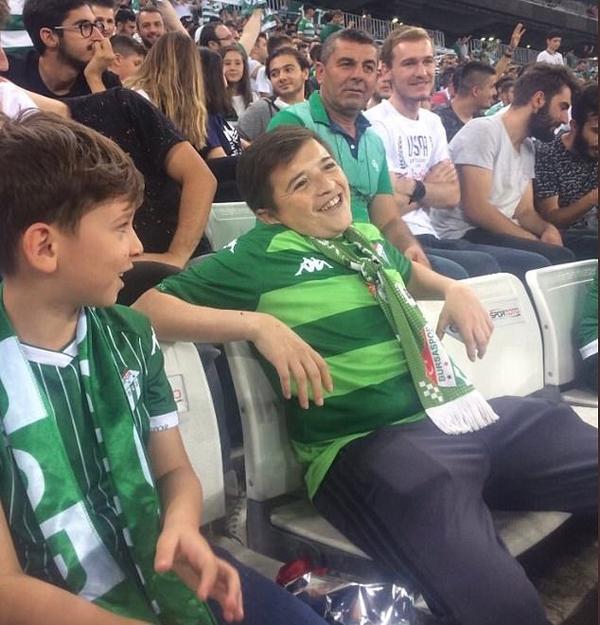 Fan 36 tuổi ngồi cạnh con trai ở sân vận động Timsah, Thổ Nhĩ Kỳ hôm 8/9. Ảnh: Twitter.