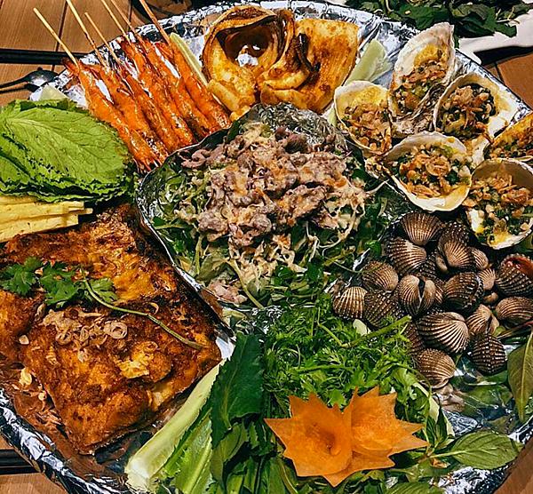 Anh chia sẻ tất cả gia vị, nguyên liệu để ướp các món sườn, gà, bò... tại nhà hàng được nhập khẩu tại Mỹ, châu Âu với tiêu chuẩn khắt khe để đảm bảo chất lượng và giữ hương vị đặc trưng của từng món ăn. Ngoài ra, khẩu vị phải được chế biến phù hợp với vùng miền để tạo nên sự đặc trưng cùa Thanh Hóa.