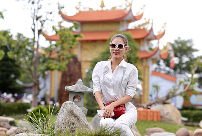 Người đẹp bikini Kim Yến rất thích phong cảnh yên bình, kiến trúc cổ kính, đẹp mắt của nhà thờ Tổ do Hoài Linh xây dựng.