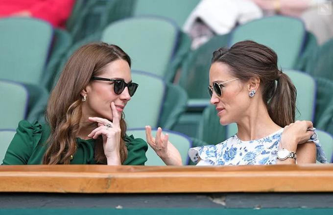 Nữ công tước xứ Cambridge và em gái Pippa Middleton xem trận chung kết giải đơn nữ Wimbledon 2019. Ảnh: Rex.