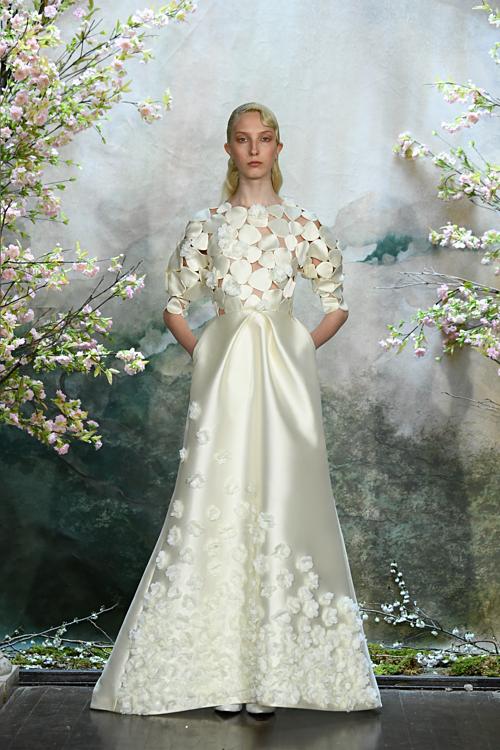 Các thiết kế được làm từ chất liệu vải tuyển chọn từ những nhà nghề dệt truyền thống Nhật Bản: vải tuyn, lụa, gấm, lụa cotton... Chi tiết đính kết và đơm hoa 3Dtạo điểm nhấn cho chiếc váy cưới.