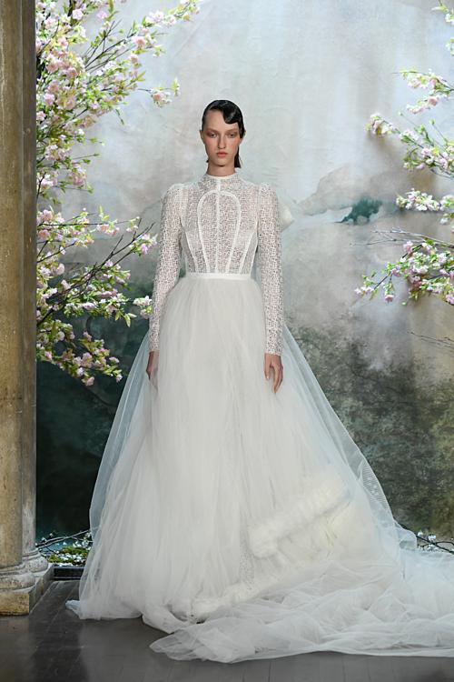 BSTEspoir - Hy vọng khẳng định vị thế mới của trình độ thủ công nhà nghề trong thời trang nói chung và thời trang cưới nói riêng. Mọi chi tiết trên bộ lễ phục đều đượcthực hiện bằng đôi bàn tay của người nghệ nhân.