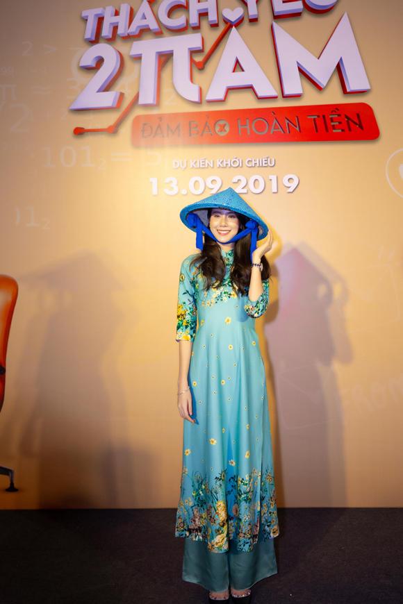 Esther khoe vẻ duyên dáng khi mặc áo dài, đội nón lá.