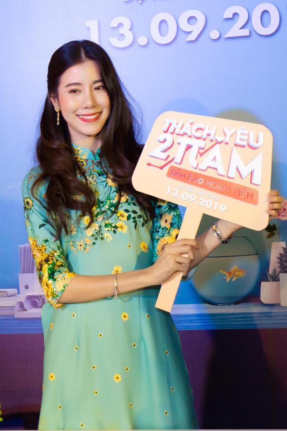 Esther thích thú với áo dài Việt Nam.