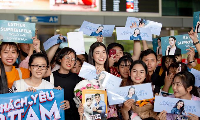 Esther Supreeleela hạnh phúc giữa vòng vây của fan Việt.