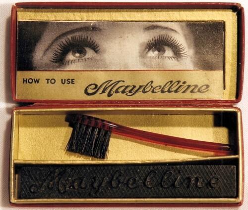 Công cụ làm đẹp lông mi Maybelline được đóng gói trong hộp được sản xuất bởi Công ty Bao bì Giấy hình ảnh của Aurora, Illinois. Bàn chải được sản xuất bởi Công ty Autograph Brush của thành phố New York. Hình thức sản phẩm gần giống với mỹ phẩm mắt Pháp trước đó.