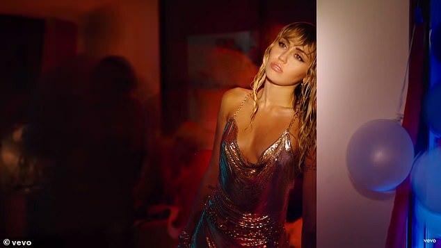 Hôm 7/9, Miley phát hành MV Slide Away. Video ca nhạc tái hiện cảnh một buổi tiệc tàn, trong đó Miley xuất hiện chán chường, mệt mỏi và lạc lõng.