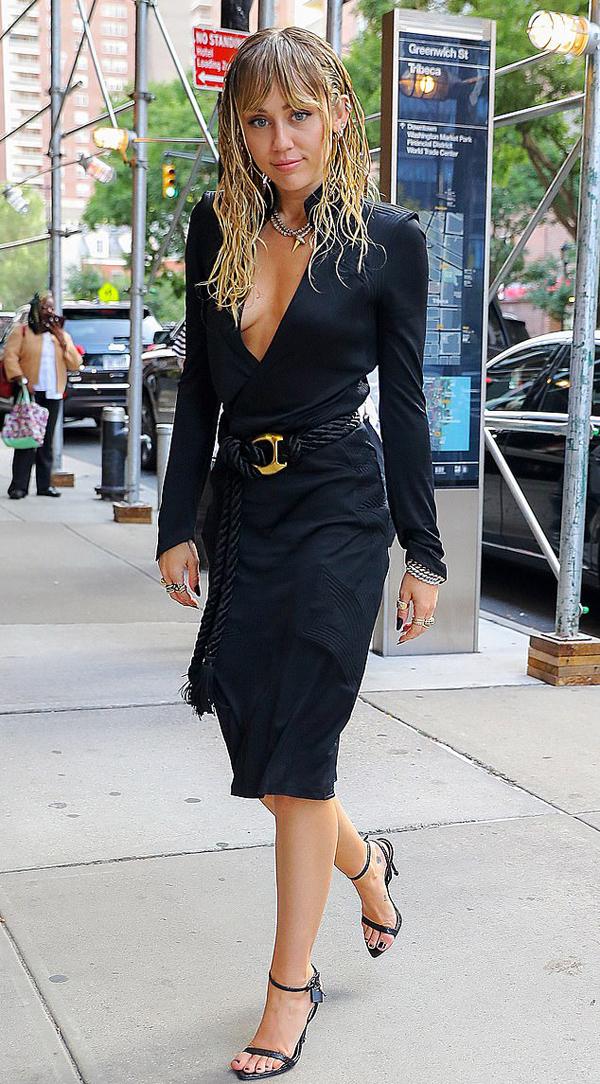 Miley Cyrus tham dự hoạt động trong khuôn khổ Tuần lễ thời trang New York vào buổi chiều. Cô luôn có tâm trạng tốt sau khi chia tay Liam Hemsworth vào tháng 8.