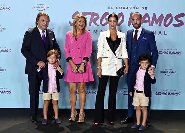 Bố mẹ, chị gái và anh rể cùng các cháu của Ramos