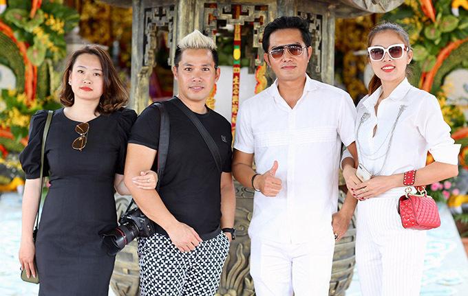 Vợ chồng nam diễn viên gặp gỡ một số bạn bè cũng tới tham quan, thắp hương nhân dịp giỗ Tổ ngành sân khấu.