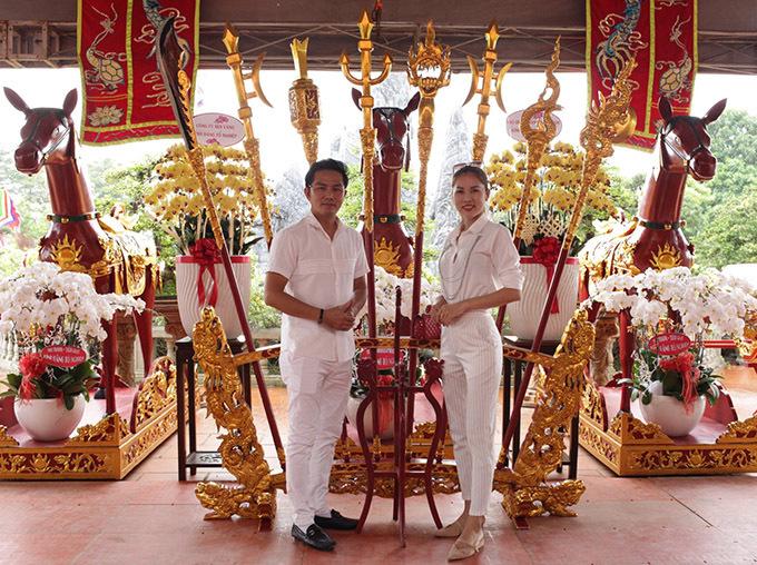 Hoài Linh chăm chút kỹ lưỡng chocông trình nhà thờ Tổ. Vợ chồng Thiên Bảo khâm phục nghị lực và tâm huyết của đàn anh.