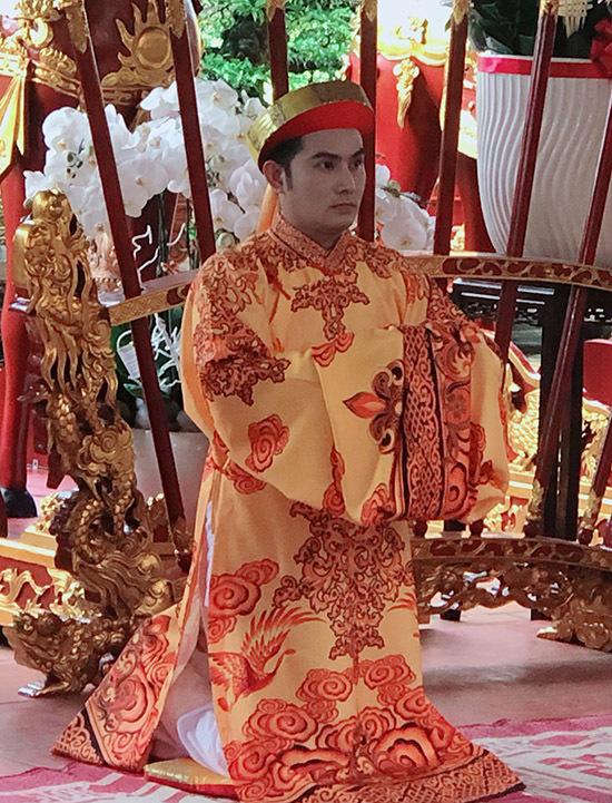 Thiên Bảo thay lễ phục áo dài vào cúng Tổ.