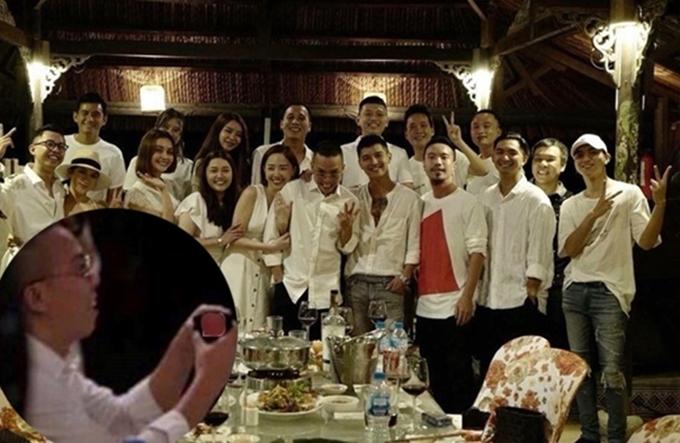 Tháng 8/2018, cộng đồng mạng chuyền tay đoạn video ghi lại hình ảnh chàng producer quỳ gối cầu hôn một cô gái có dung mạo giống Tóc Tiên. Dù sau đó Hoàng Touliver lên tiếng phủ nhận nhưng khán giả vẫn cho rằng anh đã ngỏ lời và được bạn gáiđồng ý.