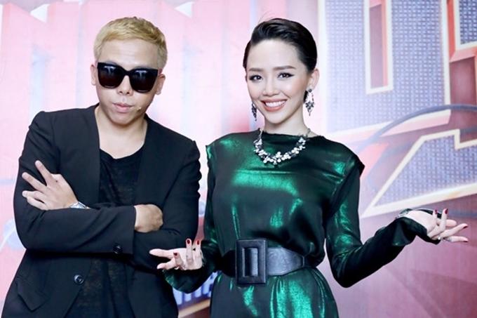 Tóc Tiên và Hoàng Tuliver liên tục sát cánh trong mỗi lần xuất hiện. Nữ ca sĩ sinh năm 1990 được bạn trai hỗ trợ thực hiện các sản phẩm âm nhạc trong đó có bản hit Ngày mai tạo hiệu ứng tốt và làm nên thương hiệu của Tóc Tiên.