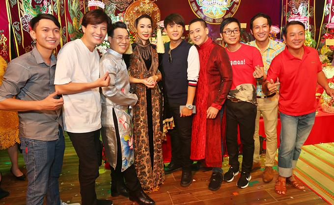 Tôi vui vì năm nay bạn bè, đồng nghiệp tới cúng Tổ đông. Dù bận rộn nhưng ngày này tất cả chúng tôi đều dành thời gian dâng nén hương lên Tổ nghiệp, cầu cho ngành sân khấu, nghệ thuật Việt Nam ngày càng phát triển, Trịnh Kim Chi nói.