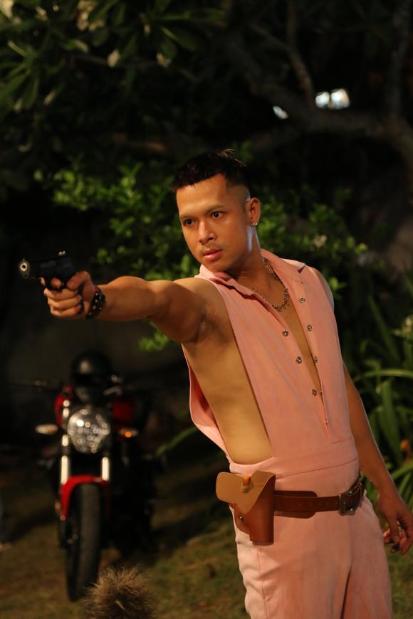 Trương Thế Vinh mặc bộ đồ màu hồng trong phim Người lạ ơi.