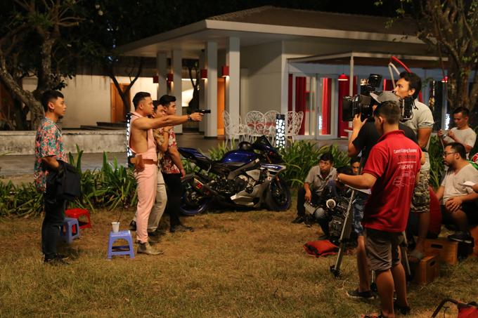 Trương Thế Vinh thực hiện một cảnh quay bắn súng.