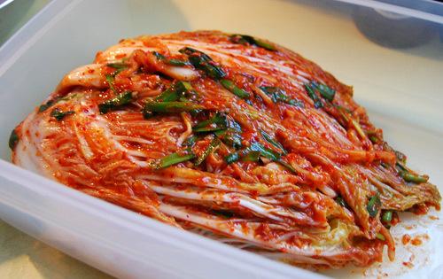 Kimchi có màu đỏ của ớt, màu xanh của hành lá, củ cải.