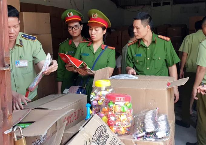 Cảnh sát môi trường và cán bộ quản lý thị trường kiểm tra lô hàng. Ảnh: Phương Sơn.