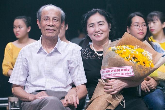Bố mẹ của ca sĩ Nguyễn Phi Hùng đến sân khấu ủng hộ con trai trong chương trình 60 phút rực rỡ số tháng 9.