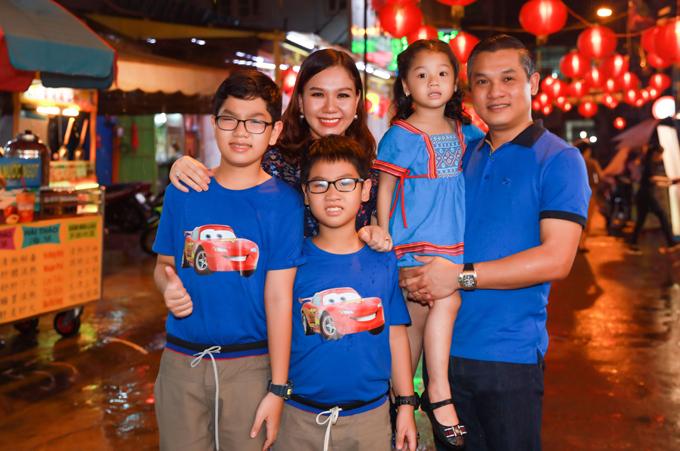 Gia đình Xuân Hiếu mặc ton-sur-ton xanh xuống phố ngắm cảnh Sài Gòn rực rỡ ánh đèn. Nữ MC chia sẻ, Trung thu là Tết đoàn viên nên vợ chồng cô luôn cố gắng thu xếp công việc để dành thời gian đưa con đi chơi, trải nghiệm nét văn hóa truyền thống của dân tộc.