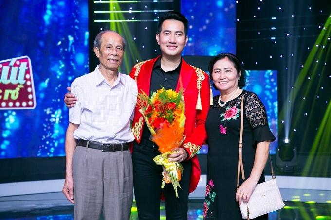 Ở tuổi 42, Nguyễn Phi Hùng vẫn lẻ bóng, chưa lập gia đình. Mẹ của nam ca sĩthú nhận việc con traiđộc thân khiến bà rất sốt ruột: Nhưng con muốn thực hiện ước mơ nghề nghiệp của mình trước, nên giờ tôi cũng thôi không nói nữa.