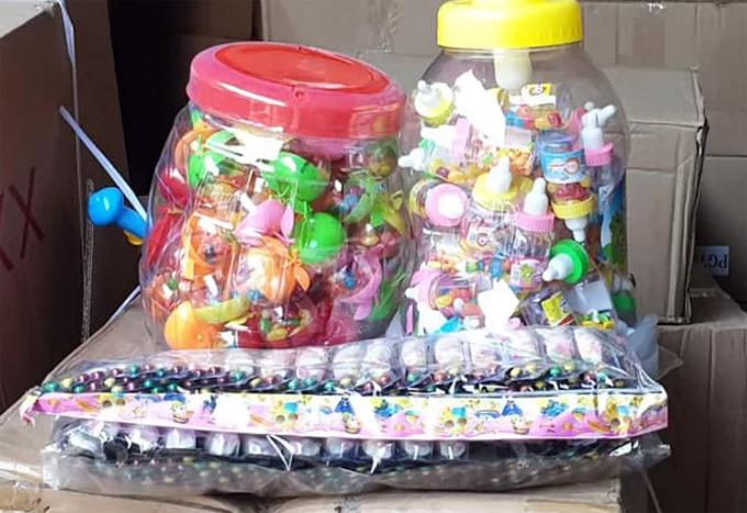 Số bánh kẹo trung thu nhập lậu chở trên baôtô bị nhà chức trách phát hiện. Ảnh:Phương Sơn.