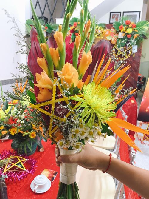 Sau đó, ekip dành ra1 ngày để hoàn thiện trang trí tại nhà chú rể.Hoa cầm tay cô dâu được làm từ chiếc đèn ông sao có kích cỡ chỉ bằng bàn tay và các loài hoa mang sắc đỏ, vàng, gợi sự ấm cúng.