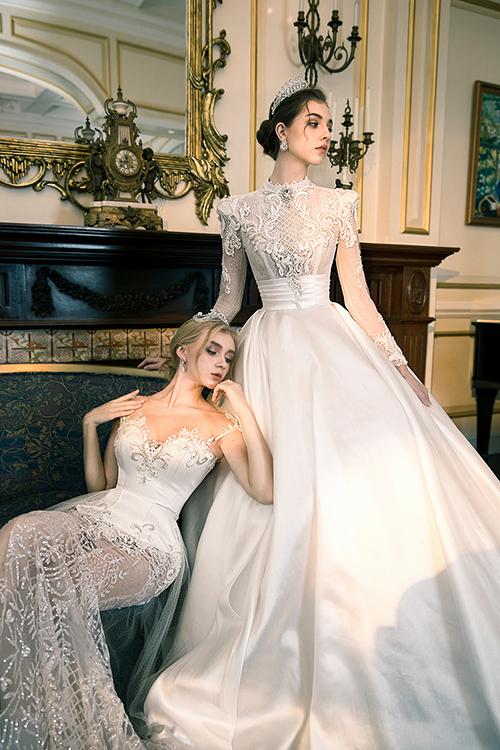 Bộ đầm có thân trên dài tay, họa tiết ren kết hợp lớp vải lót màu nude, giúp tôn vẻ trẻ trung, gợi cảm của cô dâu. Phía thân váy là vải satin trơn, không đính kết.